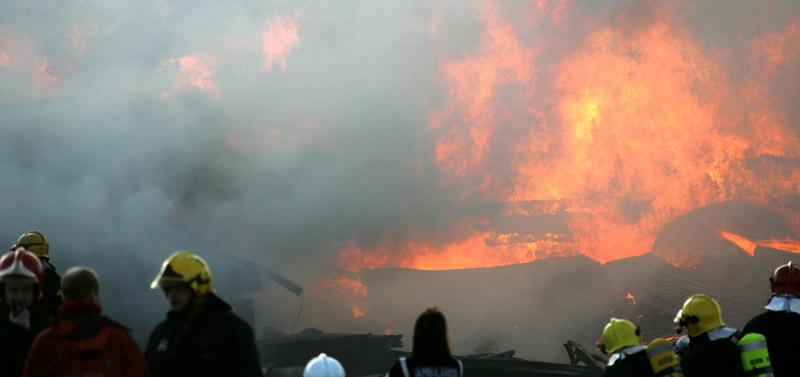 Sikalarakennus tuhoutui kokonaan rajussa tulipalossa Vöyrillä